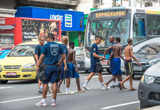 Politieagenten die arrestatie van misdadigers maken en hen leiden tot politie Royalty-vrije Stock Afbeelding