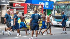 Politieagenten die arrestatie van misdadigers maken en hen leiden tot politie Stock Afbeeldingen