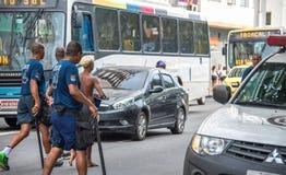 Politieagenten die arrestatie van misdadigers maken en hen leiden tot politie Royalty-vrije Stock Foto's