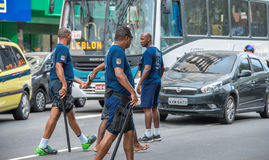 Politieagenten die arrestatie van misdadigers maken en hen leiden tot politie Royalty-vrije Stock Foto