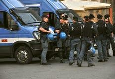 Politieagenten en hun auto's in Italië Stock Foto