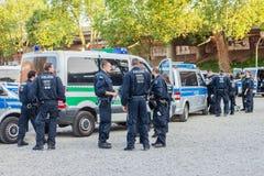 Politieagenten en politieagentes in een actie voor de de tentoonstellingsgronden van Keulen Stock Foto