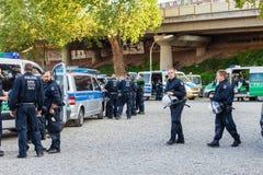 Politieagenten en politieagentes in een actie voor de de tentoonstellingsgronden van Keulen Stock Fotografie
