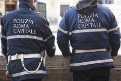 Politieagenten hoofdstad van Rome terwijl het controleren van de stroom van toeristen voor het monument van de Trevi fontein stock fotografie