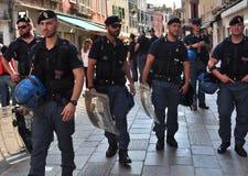 Politieagenten op de straten van Venetië, Italië Stock Fotografie