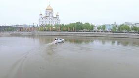 Politieboot aan Moskva-Rivier stock video