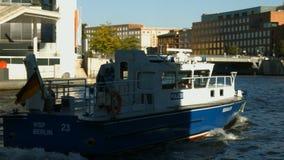 Politieboot op de rivierfuif stock video