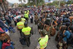 Politiegangen door menigte in Inti Raymi Cotacachi Ecuador Royalty-vrije Stock Afbeelding
