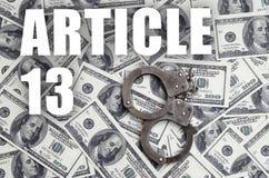 Politiehandcuffs en dollarrekeningen met artikel 13 inschrijving stock foto
