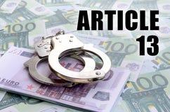 Politiehandcuffs op euro rekeningen en artikel 13 inschrijving stock fotografie