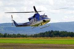 Politiehelikopter tijdens de vlucht Stock Afbeelding