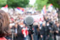 Politieke protestdemonstratie Microfoon in nadruk tegen bl royalty-vrije stock foto