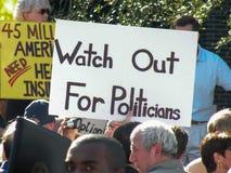 Politieke Verzameling met protestteken die 'Horloge uit voor Politici 'verklaren royalty-vrije stock fotografie