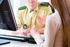 Politieman in afdeling die klacht registreren Stock Afbeelding