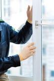 Politieman bij misdaadscène na inbraak Royalty-vrije Stock Fotografie