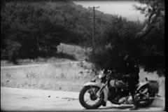 Politieman die op motorfiets auto bij de landweg achtervolgen stock video