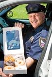 Politieman - Doos van Donuts Stock Afbeelding
