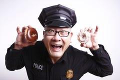 Politieman met donuts stock foto's