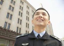 Politieman Smiling, lage hoekmening Stock Fotografie