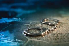 Politiemanchetten op de vloer stock afbeelding