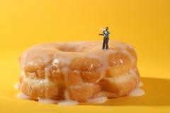 Politiemannen in Conceptuele Voedselbeeldspraak met Donuts Stock Afbeelding