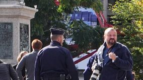 Politiemannen die in langzame motie in Franse stad lopen stock video