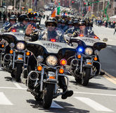 Politiemannen die motorfietsen in parade berijden