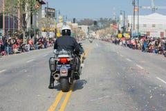 Politiemannen die op motorfietsen presteren bij Stock Afbeelding