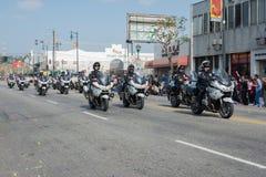 Politiemannen die op motorfietsen presteren bij Stock Foto's