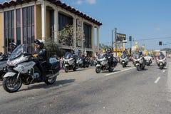 Politiemannen die op motorfietsen presteren bij Stock Afbeeldingen