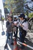 Politiemannen die vrouw helpen manier Ginza Tokyo vinden Stock Fotografie