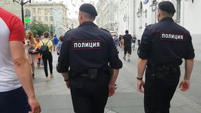 Politiemannen in rood vierkant stock footage