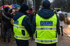 Politiemannen, tijdens Protestactie om solidariteit met Chechnya's LGBT te tonen royalty-vrije stock afbeeldingen