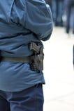 Politiemens in zijn specifieke blauwe kleding Stock Afbeelding