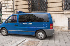 Politieminibus in de straat wordt geparkeerd die Stock Fotografie