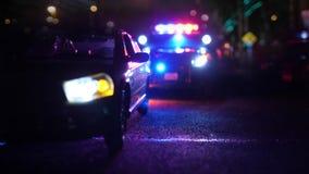 Politiepatrouillewagen bij scène van defocus van de noodsituatie optische lens stock video
