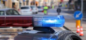 Politiepatrouillewagen met blauwe sirenes tijdens een verkeerscontrole Royalty-vrije Stock Foto's