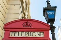 Politiepost dichtbij rode telefooncel Royalty-vrije Stock Foto's