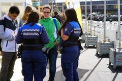 Politievrouwen op de straat in Holland royalty-vrije stock afbeelding