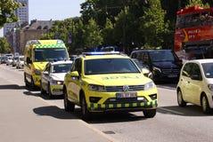 Politiewagen en ziekenwagen in stadsstraat met verkeer royalty-vrije stock foto