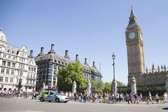 Politiewagen het drijven voorbij de Big Ben op manier aan incident Stock Foto