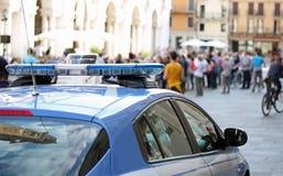 Politiewagen met blauwe sirenes in het belangrijkste vierkant van de stad Royalty-vrije Stock Foto