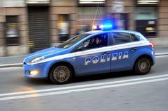Politiewagen met cops in Rome, Italië stock afbeeldingen