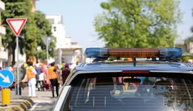 Politiewagen met sirenes tijdens een demonstratie in de stad Royalty-vrije Stock Afbeeldingen