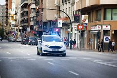 politiewagen op straten tijdens Verklaring van onafhankelijkheid van Catalonië stock fotografie