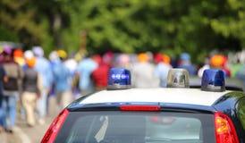 Politiewagens die sirenes in de stad opvlammen Royalty-vrije Stock Afbeeldingen