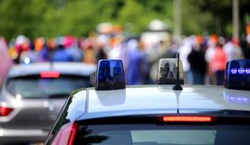 Politiewagens die sirenes in de stad opvlammen Royalty-vrije Stock Foto