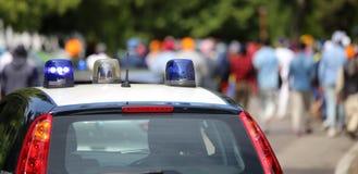 Politiewagens die sirenes in de stad opvlammen Royalty-vrije Stock Foto's