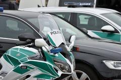 Politiewagens en motorfiets stock foto