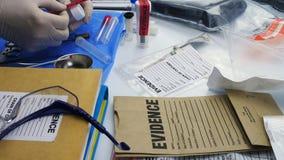Politiewetenschapper die in Criminalistisch Laboratorium, kogelshell analyse werken stock video